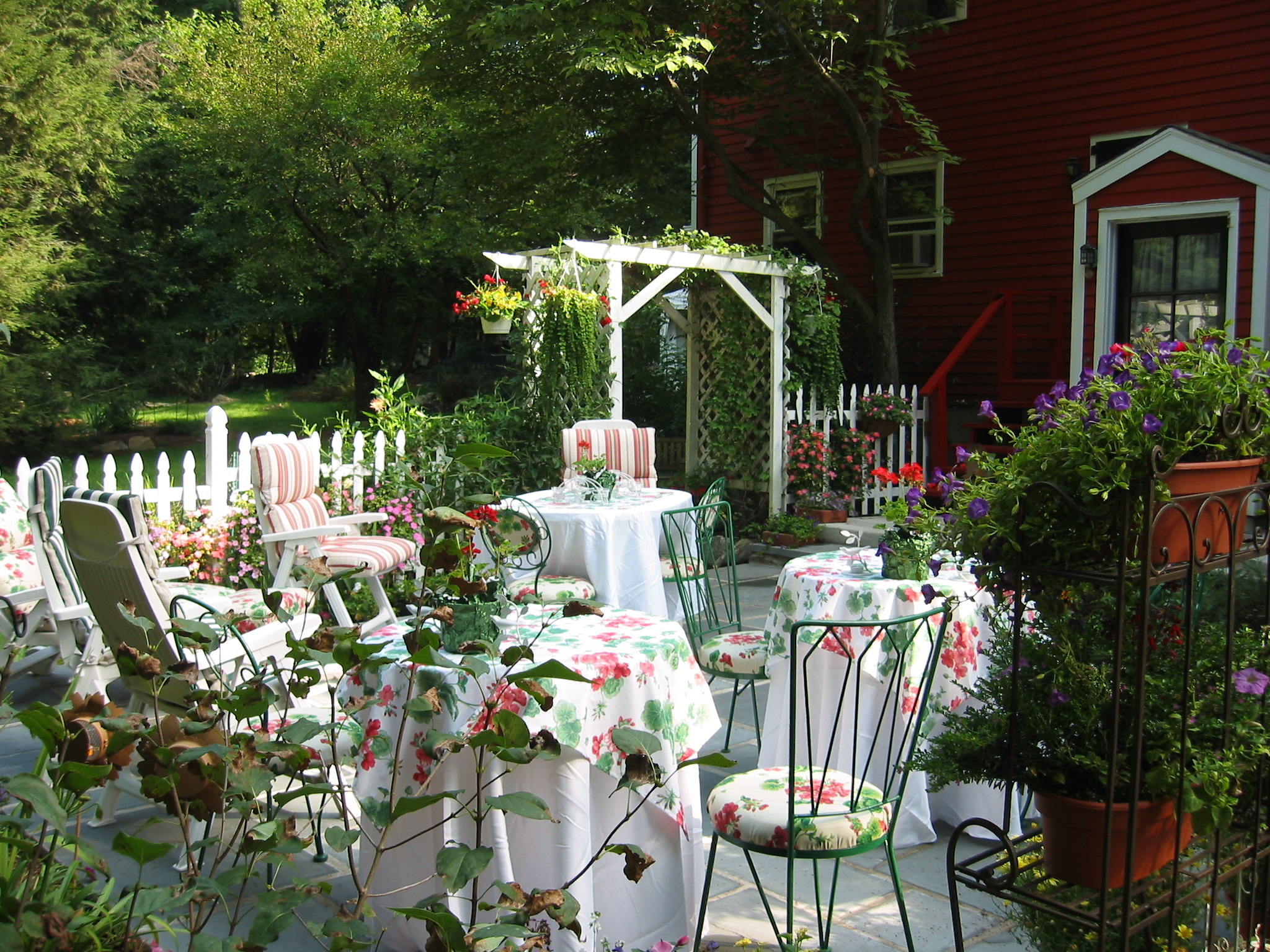 Beautiful garden party ideas white outdoor dining table Beautiful garden patio designs